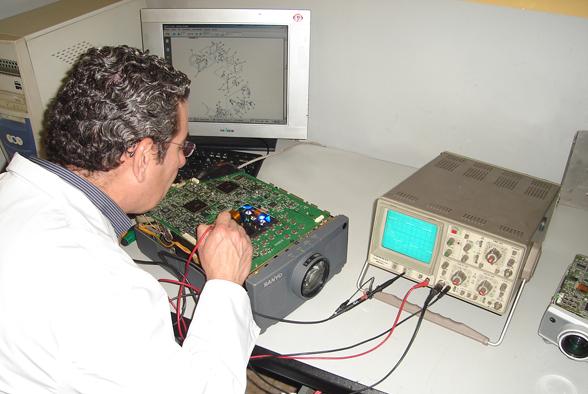 Técnico reparando proyector